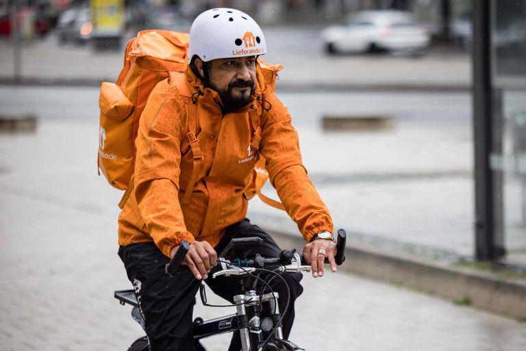 Era ministro en Afganistán y ahora hace repartos en bicicleta en Alemania