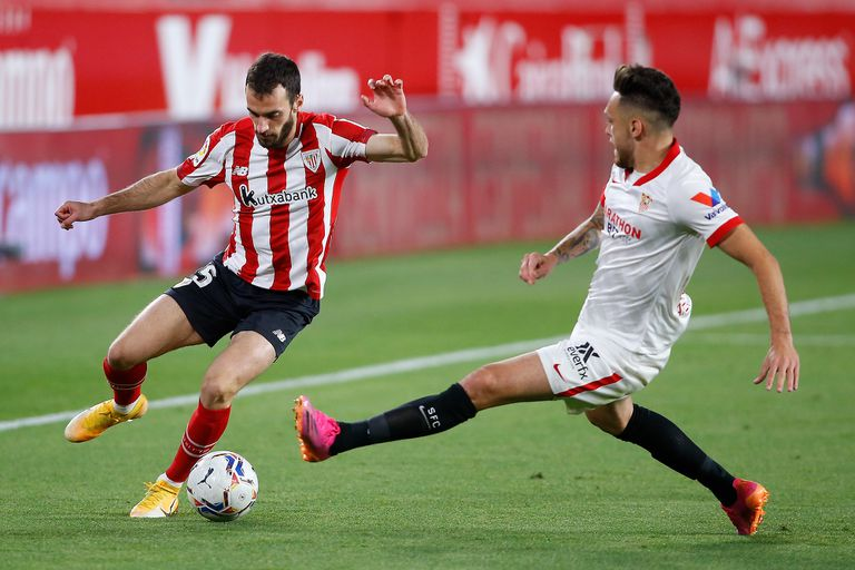 Lucas Ocampos sale al cruce de un rival en la derrota de Sevilla ante Athletic Bilbao