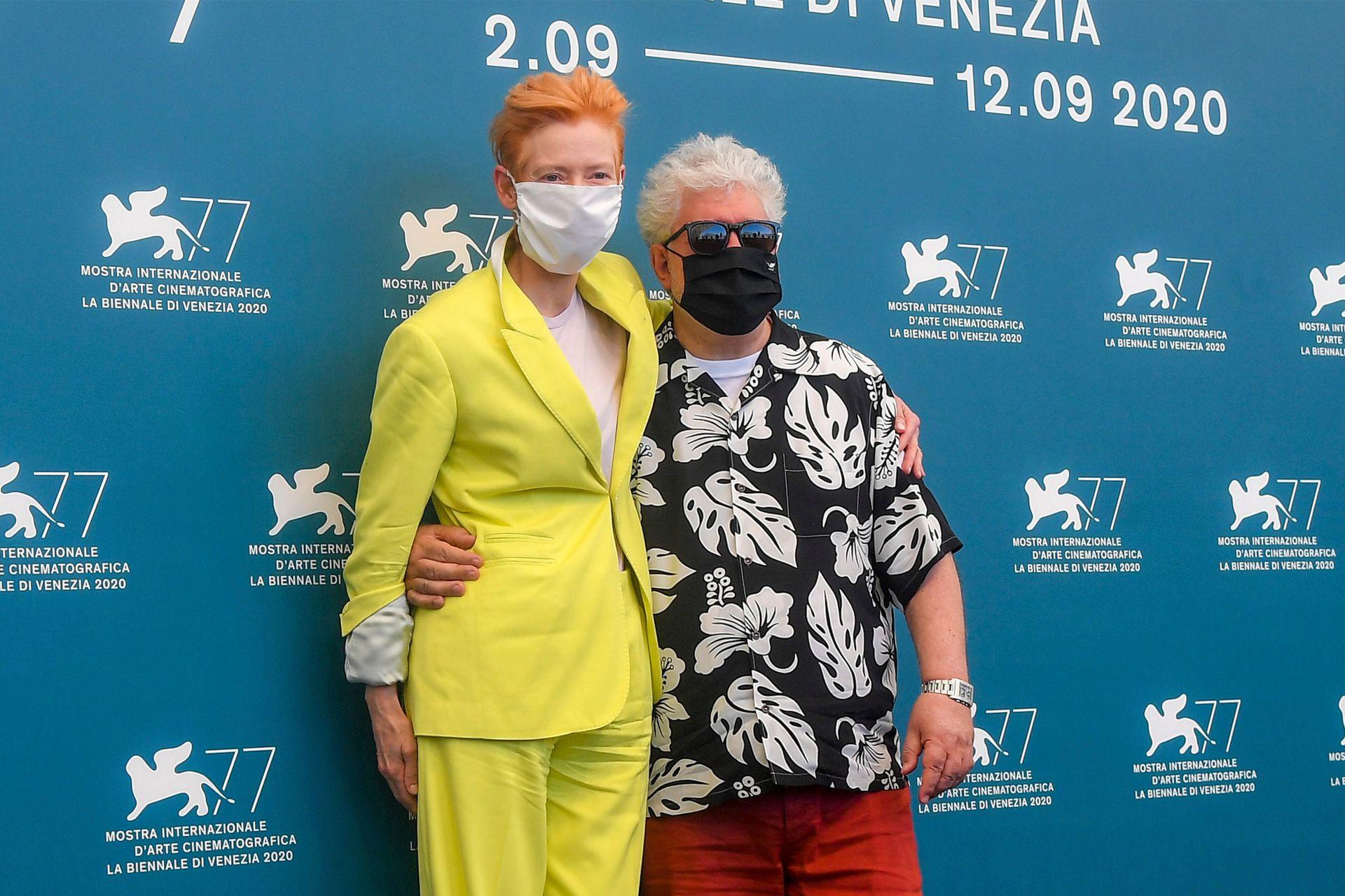 """""""Creo que será la última vez que volveré a molestar a Cocteau con mi adaptación"""", dijo Almodóvar, que no mantuvo distancia social con su estrella, aunque sí usó barbijo en el encuentro con la prensa"""