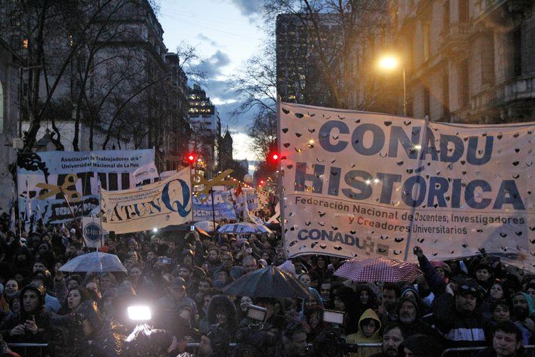 Una multitud se movilizó a Plaza de Mayo en defensa de la universidad pública