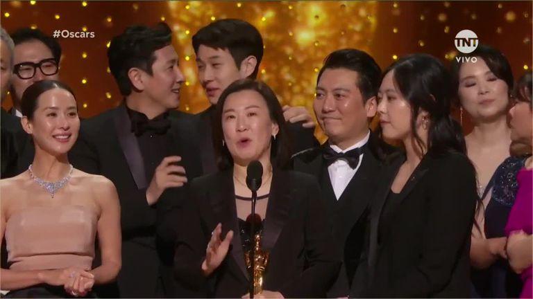 Todo el elenco subió al escenario de los Oscar y fue vivado por las estrellas de Hollywood