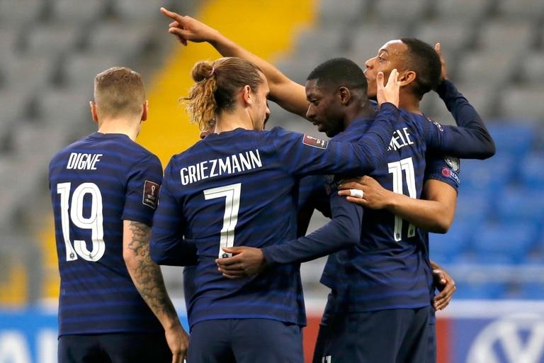 Los jugadores de Francia celebran después de que el francés Ousmane Dembele, segundo a la derecha, anotó el primer gol de su equipo durante el partido de clasificación del grupo D para la Copa del Mundo 2022 entre Kazajistán y Francia en el estadio Astana Arena en Nur-Sultan, Kazajistán, el domingo 28 de marzo de 2021.