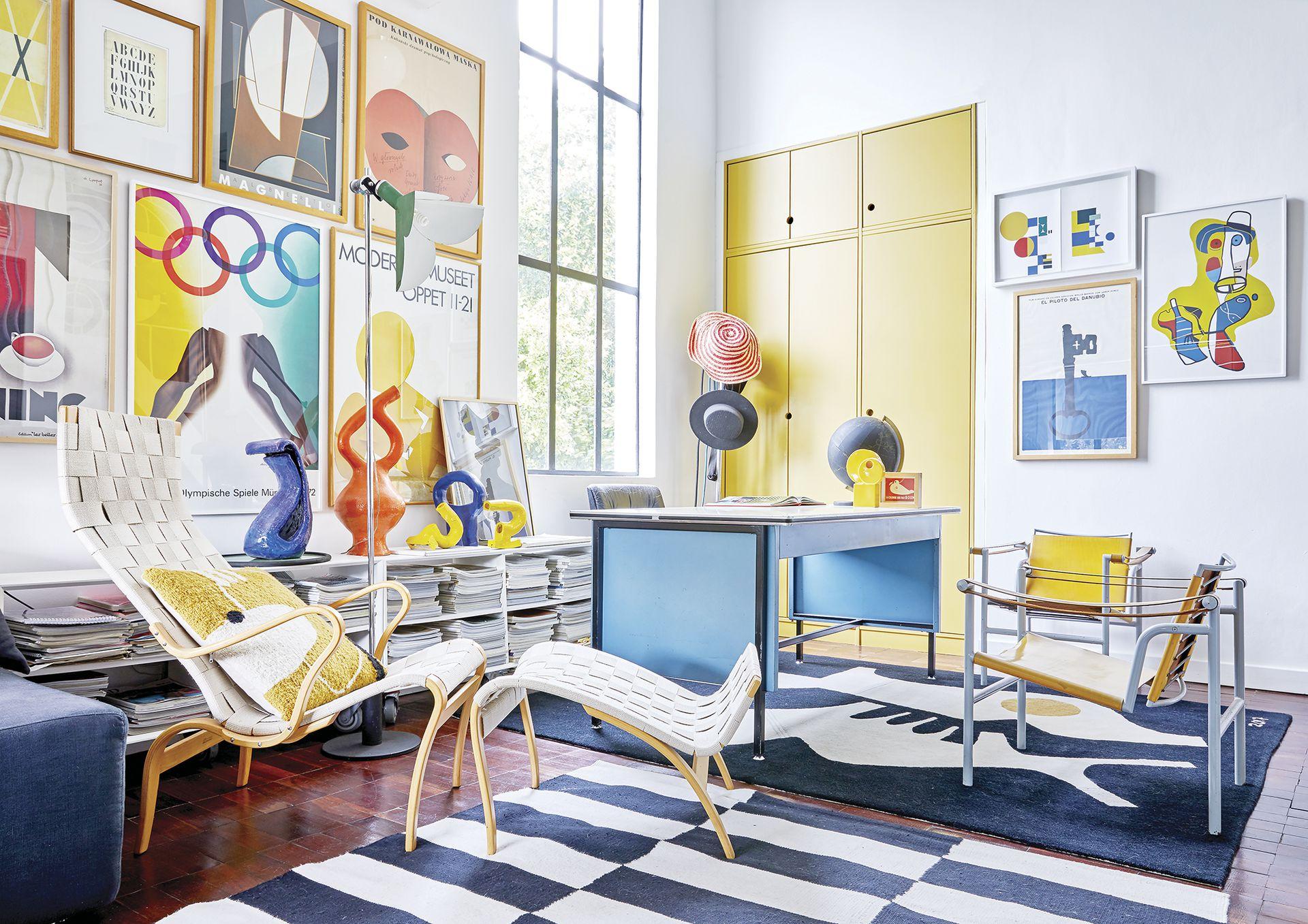 En primer plano, chaise longue 'Pernilla', de Bruno Mathsson. La alfombra y el mural en el descanso de la escalera son obra de Renée.