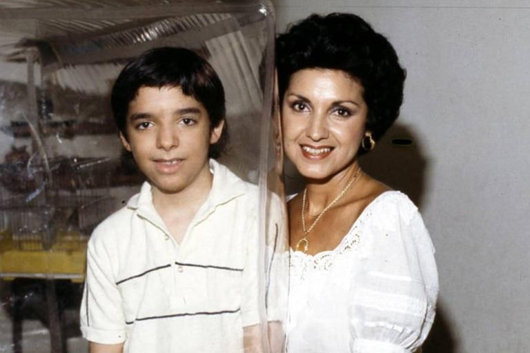 David Vetter, a la edad de 12 años, junto a su madre, Laura Ann, que recién pudo acariciarlo cuando el niño salió de la burbuja en los últimos días de su vida