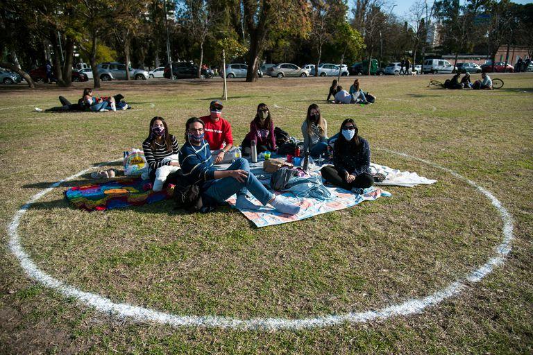 Al igual que en Rosario, en la Ciudad planean generar espacios en los parques y plazas para promover el distanciamiento social