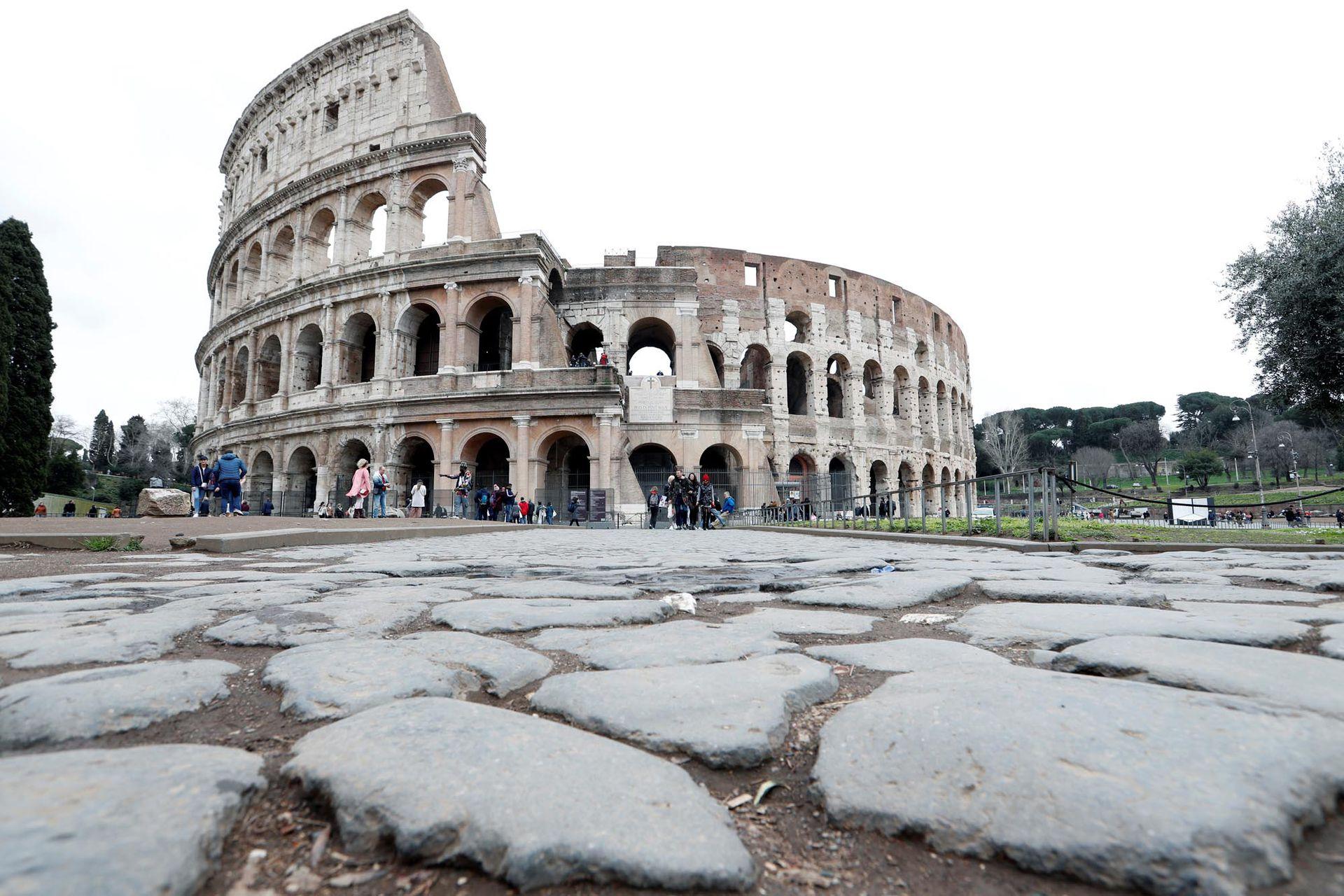Muy poca gente en los alrededores del Coliseo, que normalmente estaría lleno de turistas, en Roma, Italia, el 2 de marzo de 2020.