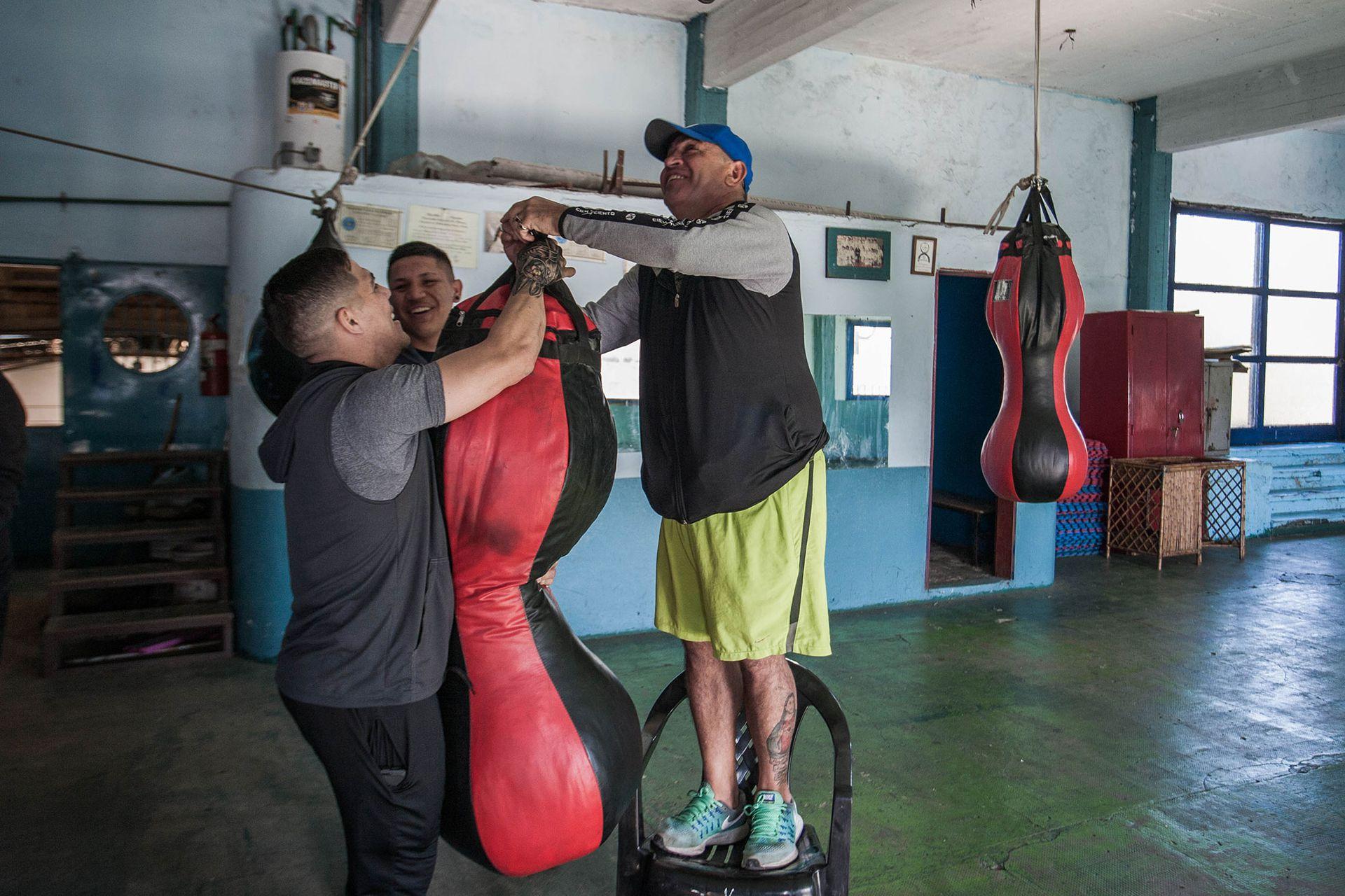 Después de entrenar en Villa Alida, descuelgan las bolsas del gimnasio para hacerles espacio a los practicantes de taekwondo.
