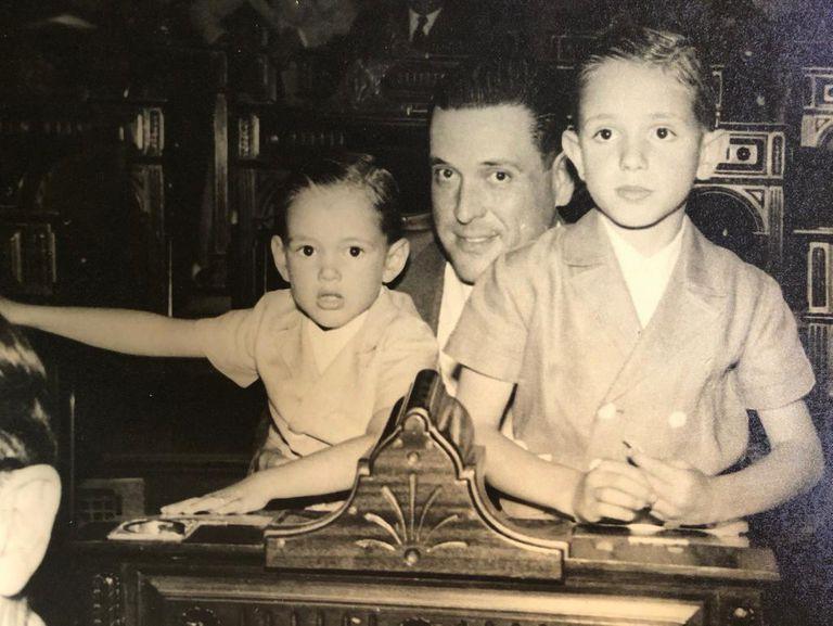 Lopez Murphy (derecha) el día en que su padre, Juan José López Aguirre, recibió su banca como diputado nacional por la UCR