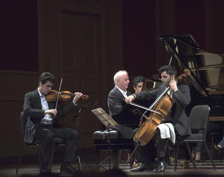Los dos Barenboim y Soltani, en plena conversación musical