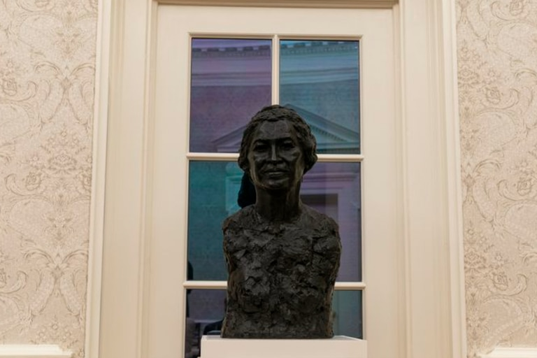 La decoración del Salón Oval de Biden incluye un busto de la líder de derechos civiles Rosa Parks