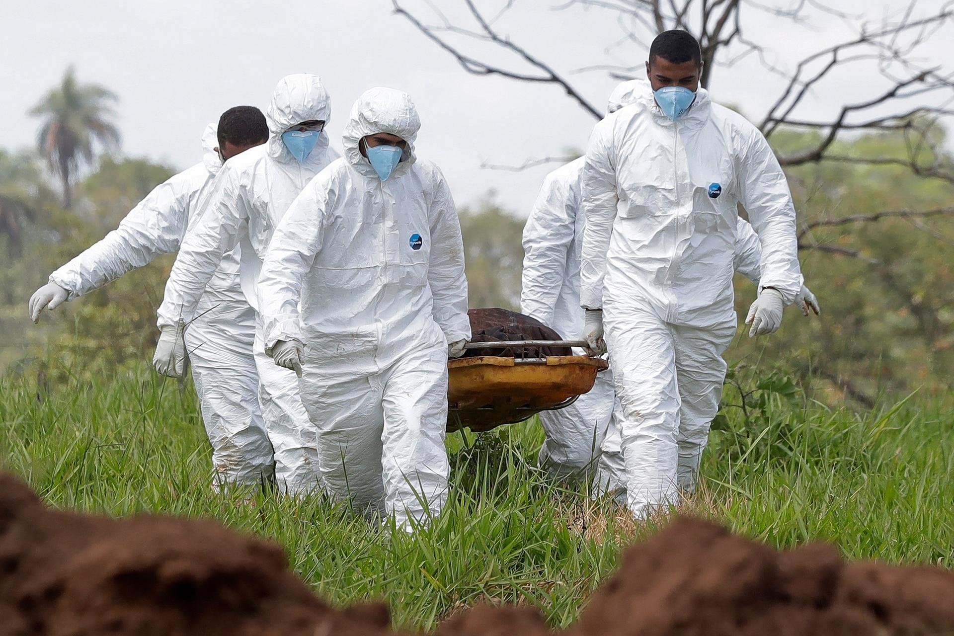 Los rescatistas se llevan un cuerpo que sacaron del lodo después de que una represa se derrumbó e inundó Brumadinho, Brasil, 28 de enero de 2019.