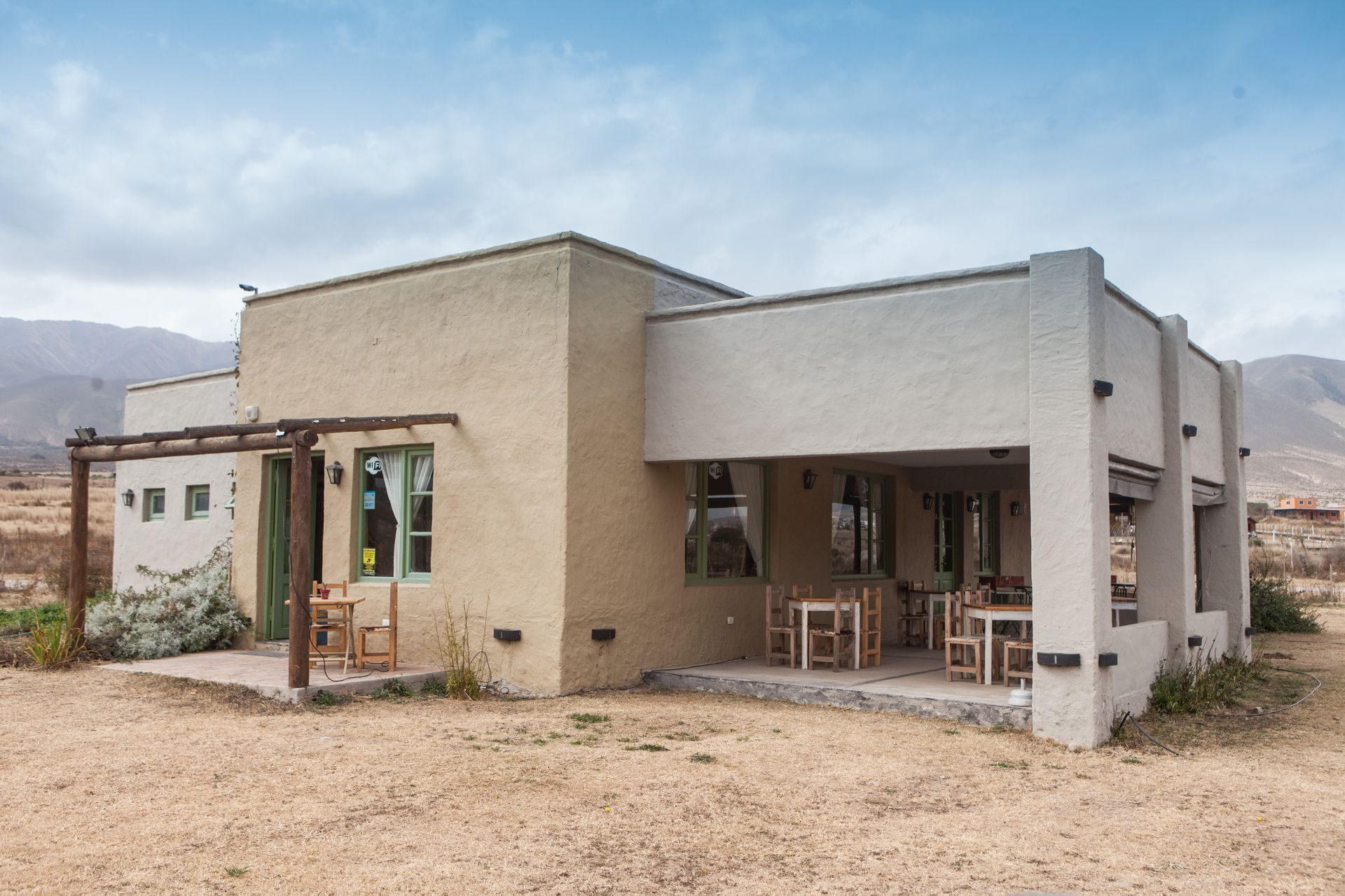 El restaurante escuela, sencilla y cálida construcción en frente al Dique La Angostura.