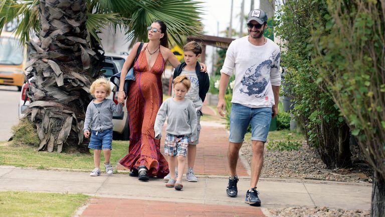 Vicuña y la China Suárez junto a los hijos del actor con Pampita