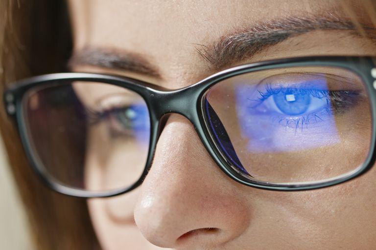 La cantidad de luz azul que emiten nuestros dispositivos es demasiado pequeña como para suponer un riesgo grave, señalan los especialistas