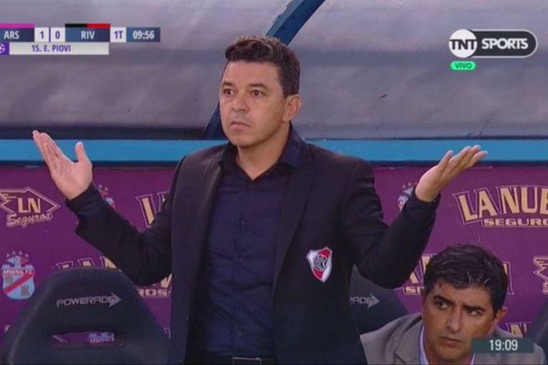 Marcelo Gallardo abre los brazos sin entender cómo Lucas Piovi acaba de anotar el primer gol de Arsenal.