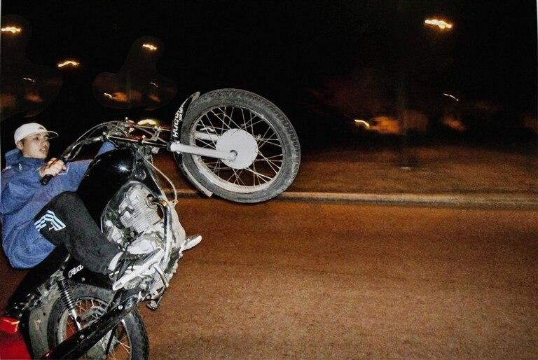 Axel con una de sus máquinas; el día de su muerte montaba una Honda CG Titán negra