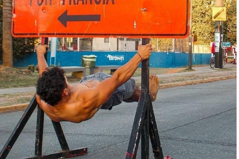 El joven pertenece al equipo argentino de streetlifting