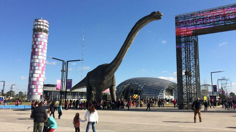 El Titanosaurio Gigante se mueve en la entrada de Tecnópolis 2016