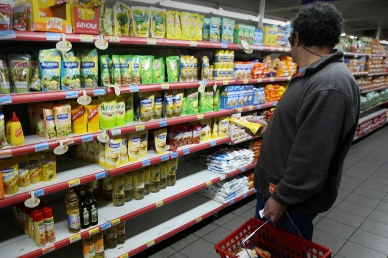 En el Gobierno estudian imponer un sistema drástico para cambiar hábitos de consumo; preocupación empresaria
