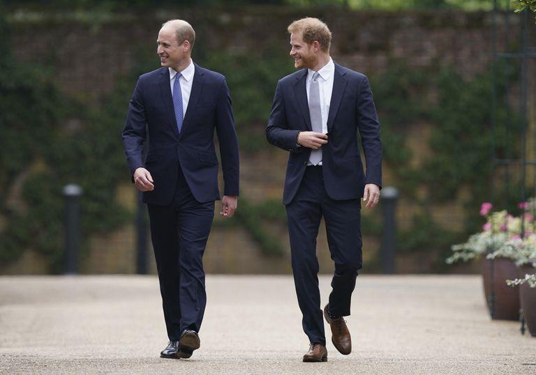 El príncipe Guillermo de Inglaterra, a la izquierda, y su hermano, el príncipe Harry, llegan para develar una estatua que encargaron de su madre, la princesa Diana (AP)
