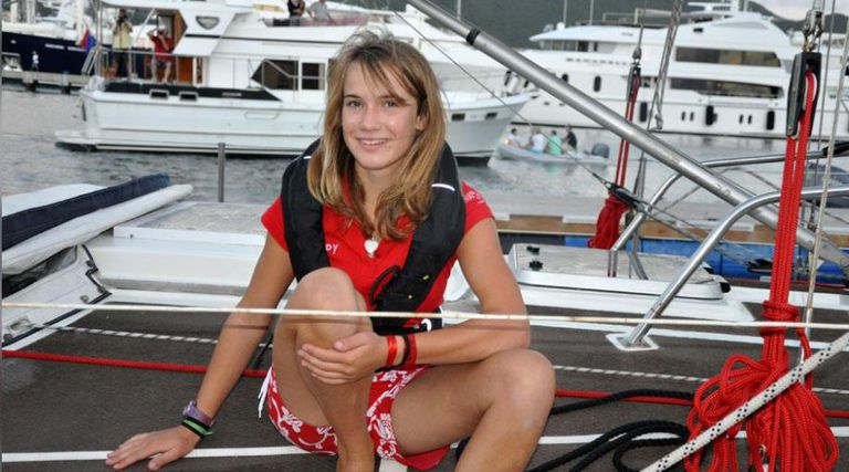 A los 14 años y completamente sola dio la vuelta al mundo navegando en su barco
