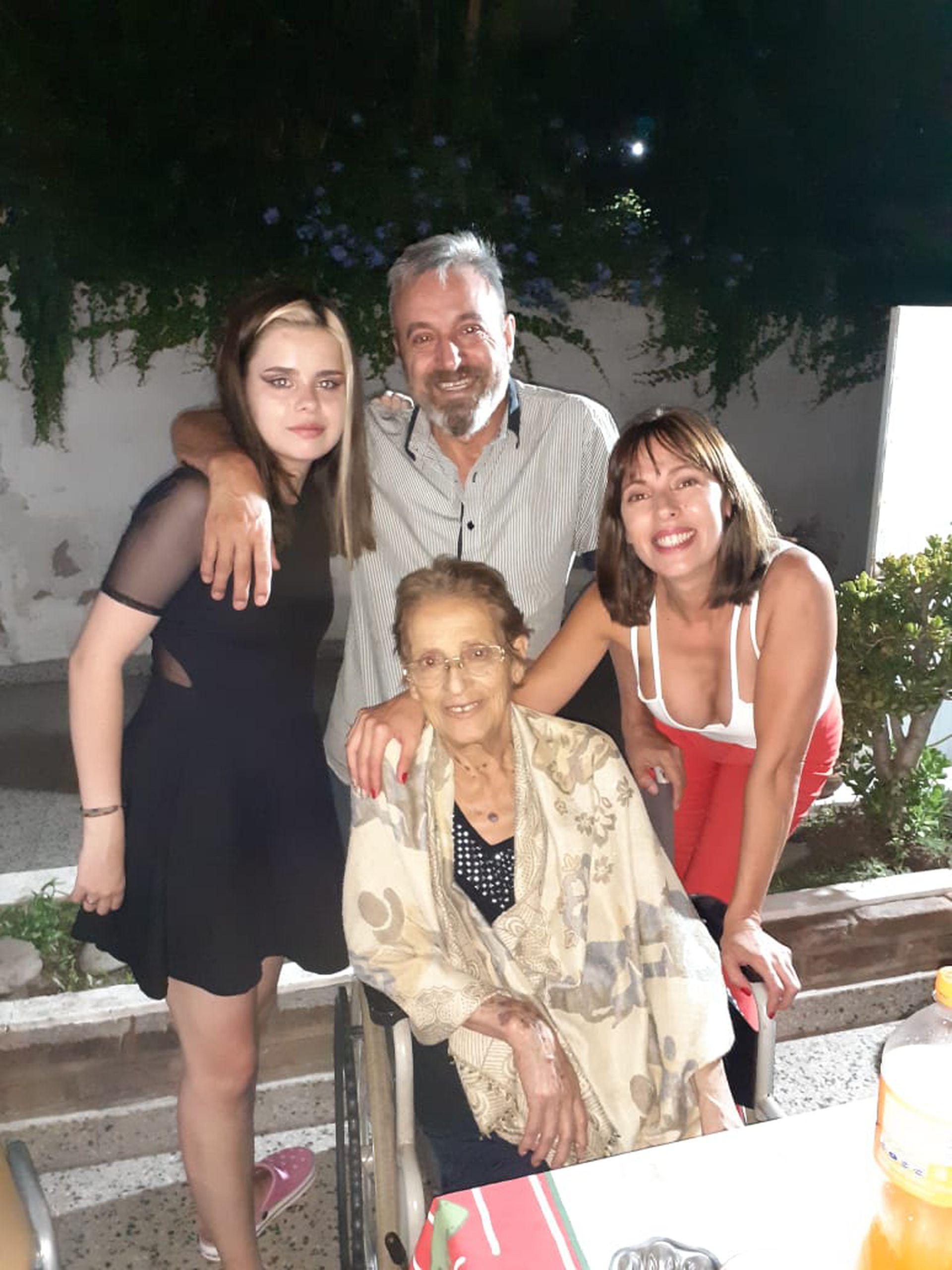 María Luján Telpuk junto a su madre Yolanda, su hermano Fernando, y una sobrina María Joaquina, en Hughes.