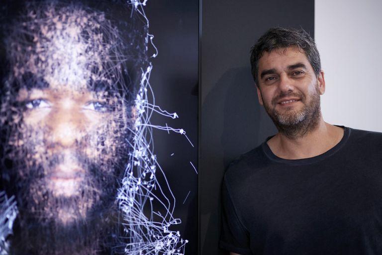 Mariano Sardón junto a una obra en la que se unen arte y neurociencia