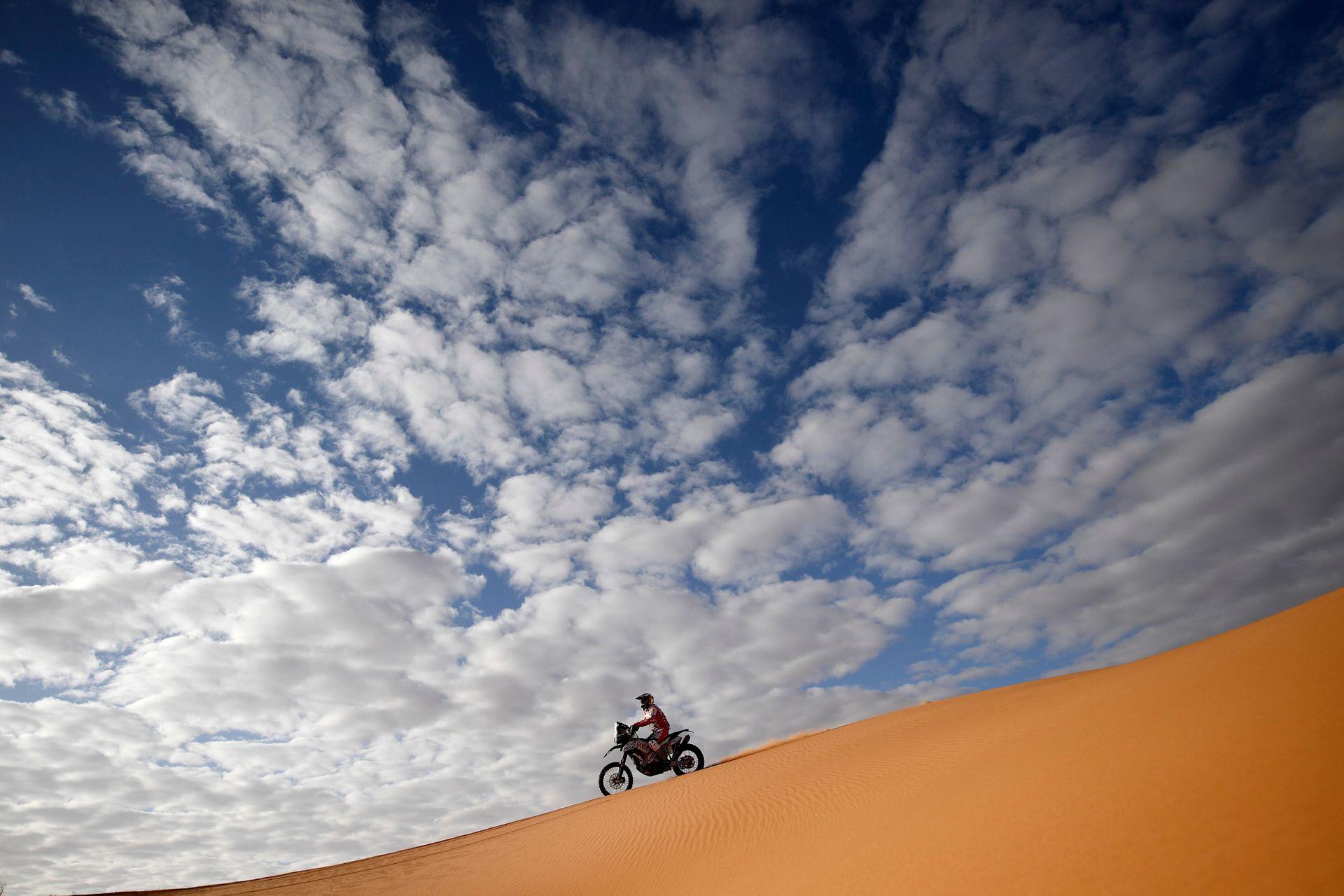 El alemán Sebastian Buhler bajo el imponente cielo de la etapa 6