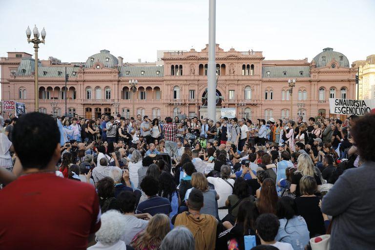 Un grupo de escépticos respecto al coronavirus y la pandemia se congregó en Plaza de Mayo.