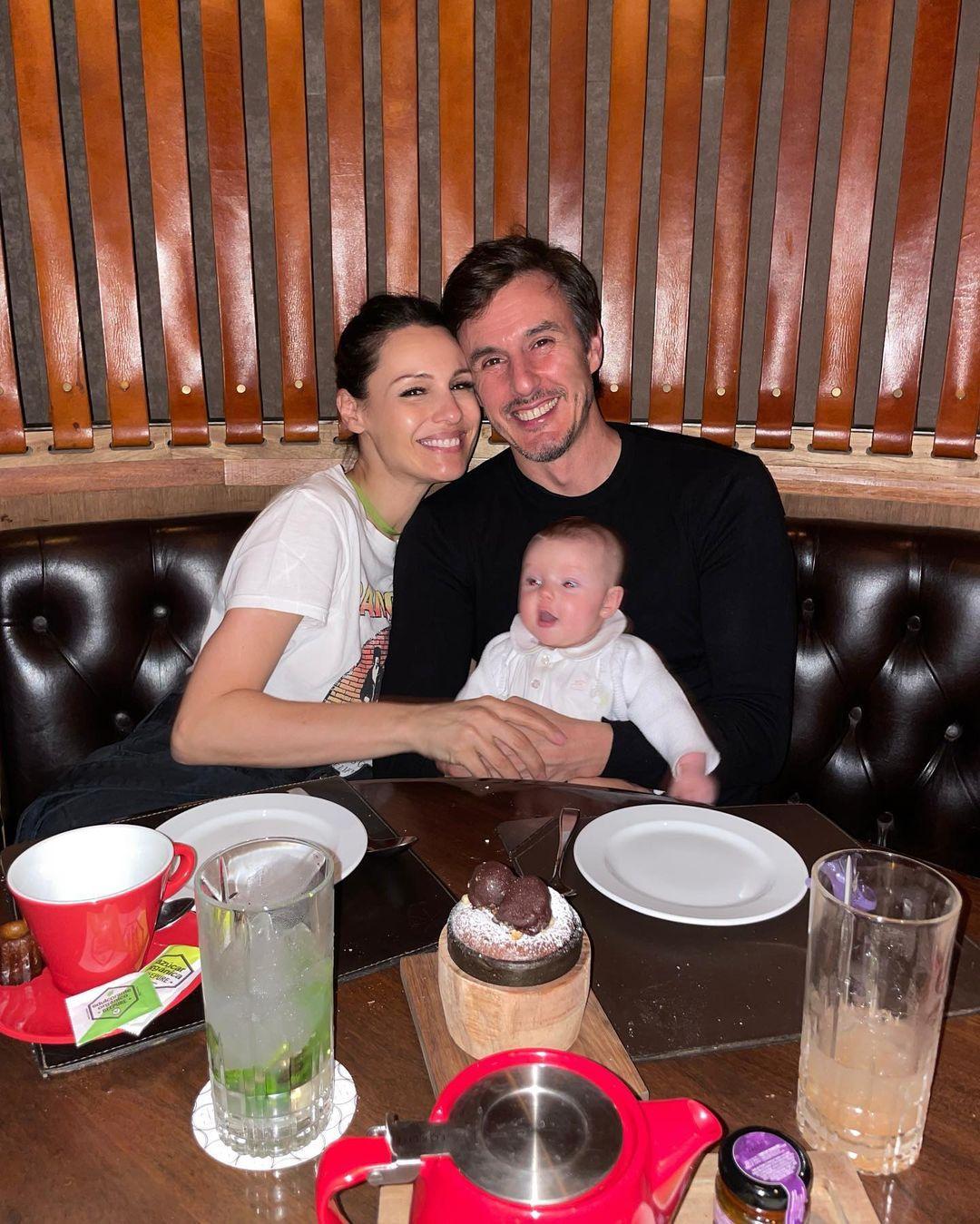 Pampita, su marido Roberto García Moritán y su hija Ana (Foto: Instagram/@pampitaoficial)