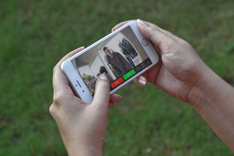 El timbre conectado Ring permite responder al visitante desde el celular con prestaciones propias de una cámara de seguridad