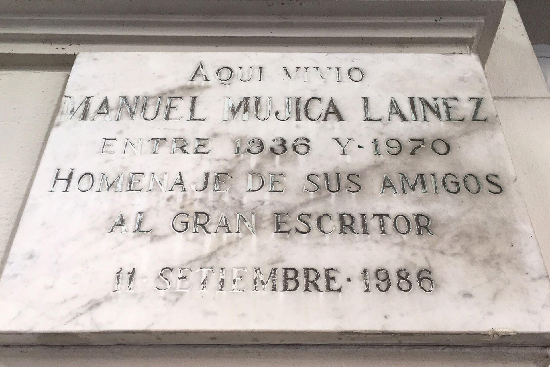 Placa recordatoria de Manuel Mujica Láinez, en O´Higgins y Juramento, Belgrano