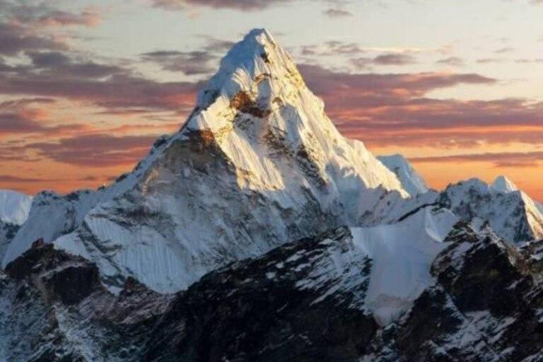 El Monte Everest tiene una altitud de 8.848,86 metros sobre el nivel del mar