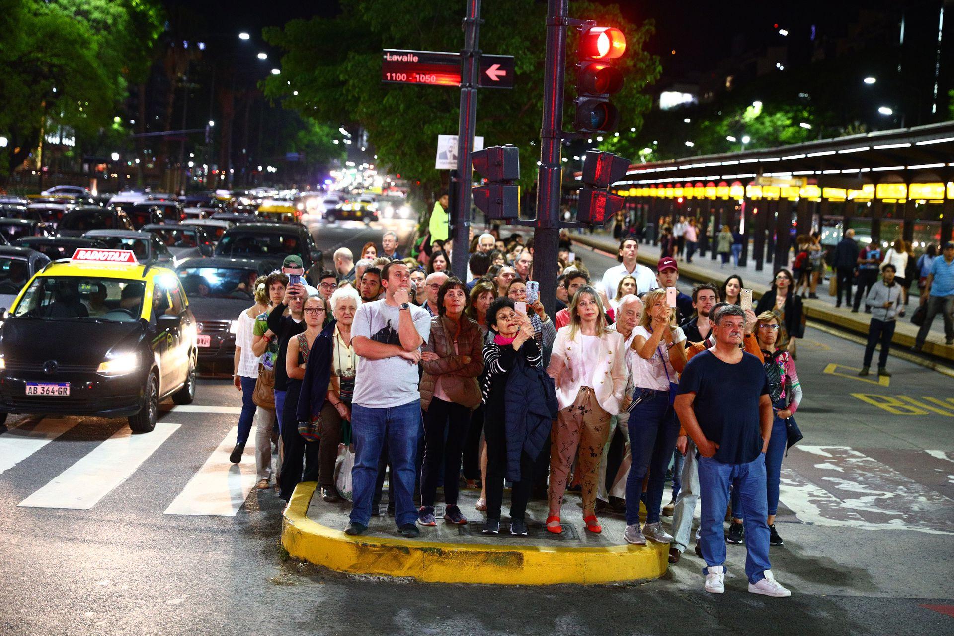 El público atento a las proyecciones realizadas sobre el Obelisco por Julio Le Parc