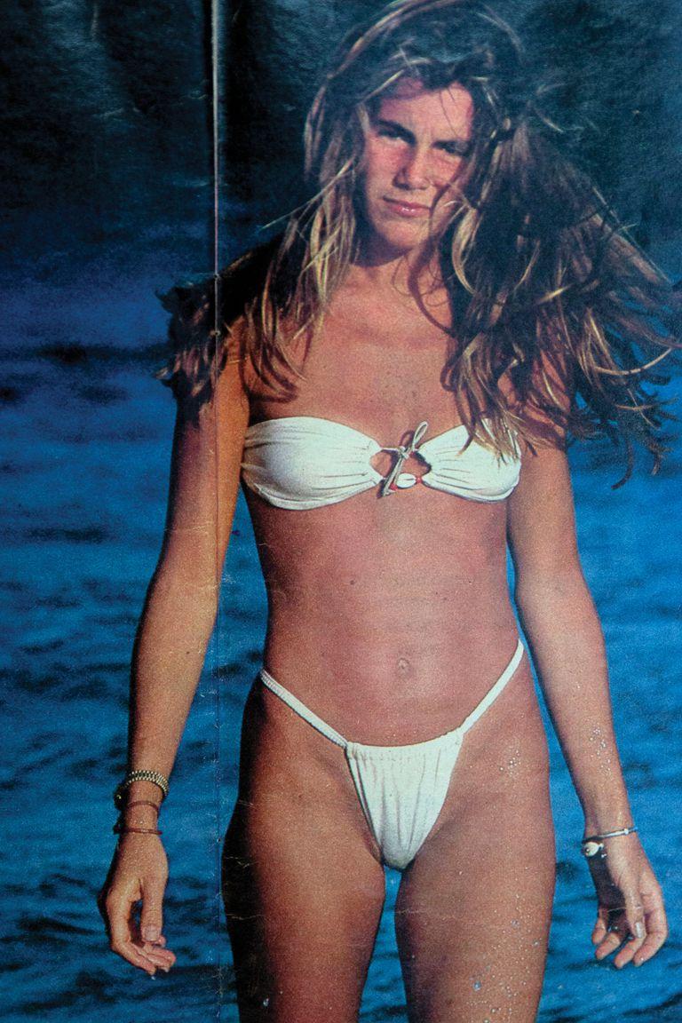 Corría 1984 y la modelo tenía 21 años cuando se convirtió en la primera chica del verano. Aquí, en una foto de la producción en Punta del Este que la convirtió en tapa.