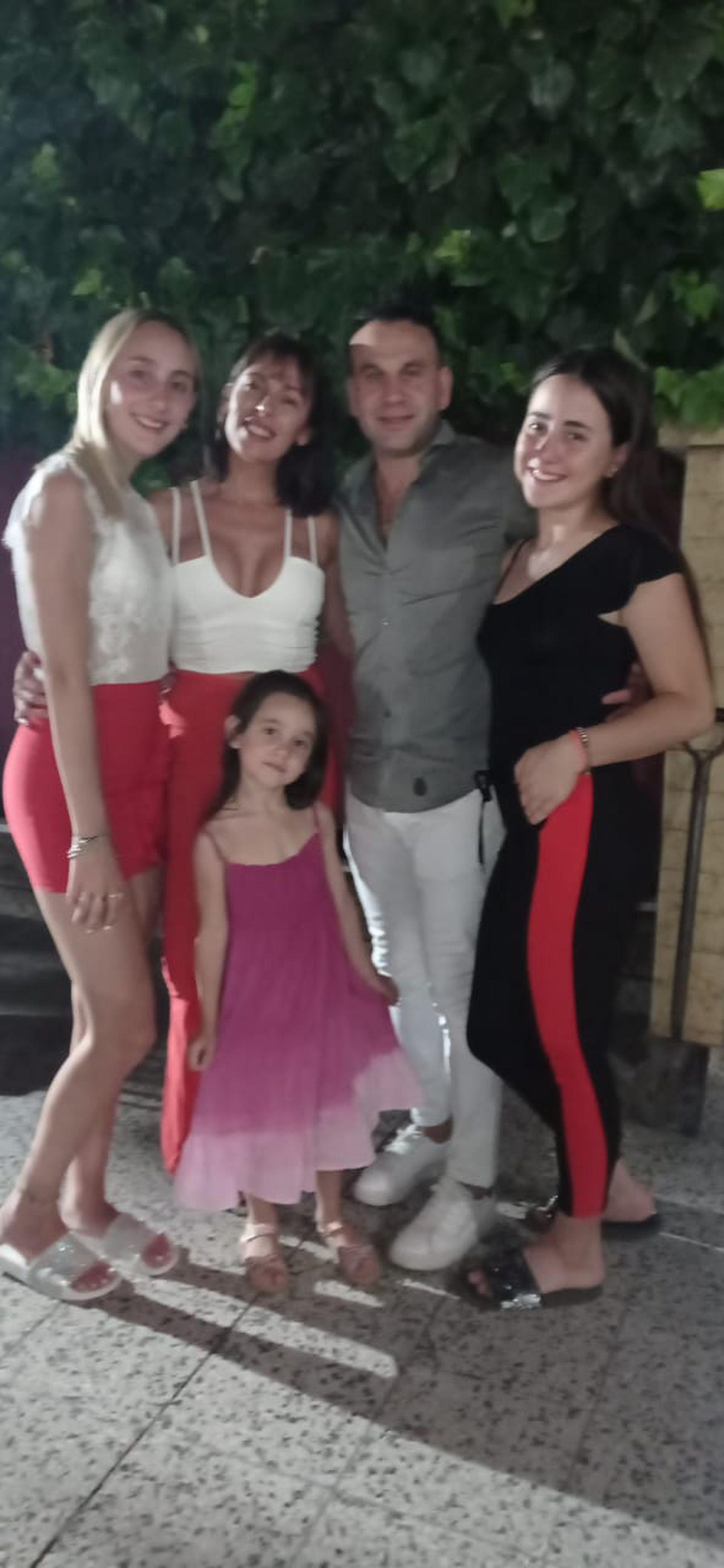 María Luján Telpuk con su novio, Heber, y sus tres hijas: Agus, Cata y Pieri.