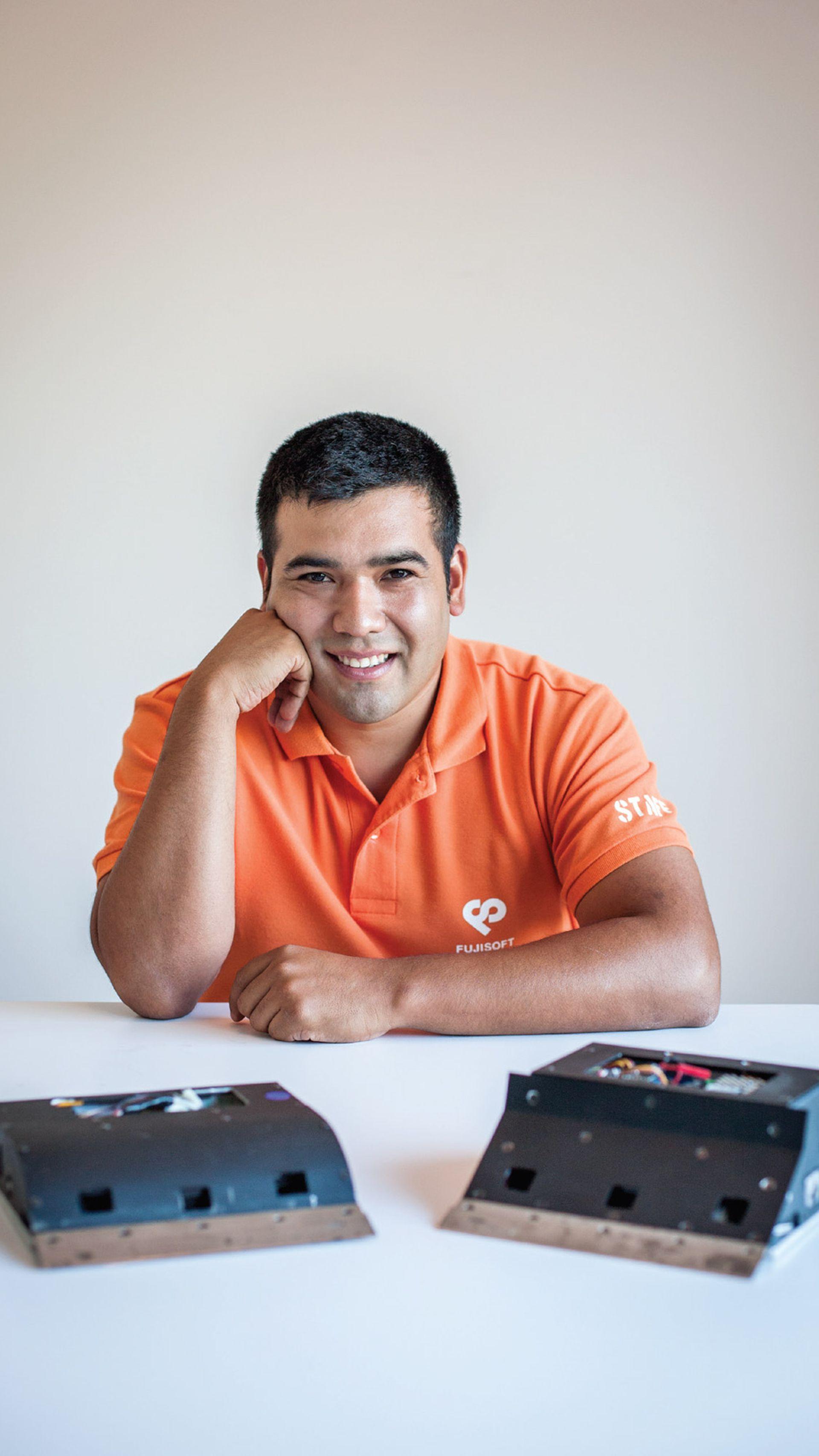 Sebastián Aguilera con Argentum, el robot de sumo más petiso el mundo.