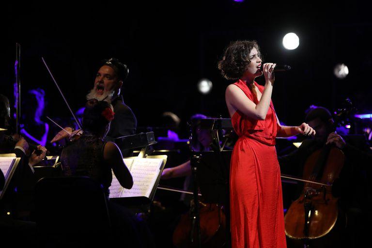 """Candelaria Zamar, la primera voz de la noche: cantó """"Engaña"""""""