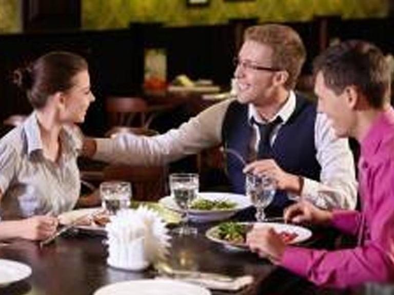 No sólo el bar es útil para hacer relaciones profesionales. Foto: BBC Mundo