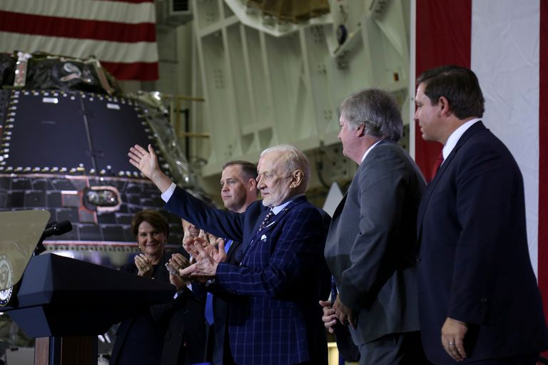 Aldrin, acompañado por un hijo de Armstrong, en el acto de ayer en el Centro Espacial Kennedy, en Florida