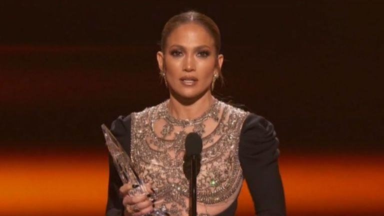 Jennifer Lopez, una de las primeras galardonadas de la noche, por su protagónico en la serie Shades of Blue