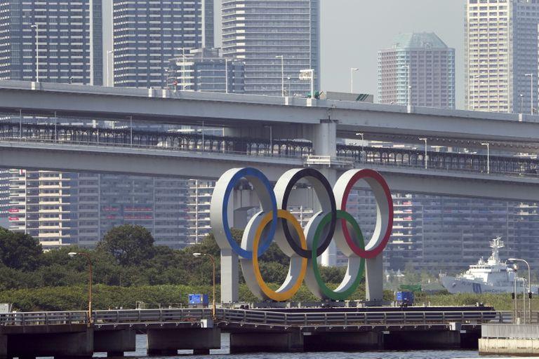 Los anillos olímpicos flotan sobre una barcaza en Tokio, el lunes 19 de julio de 2021. (AP Foto/Charlie Riedel)