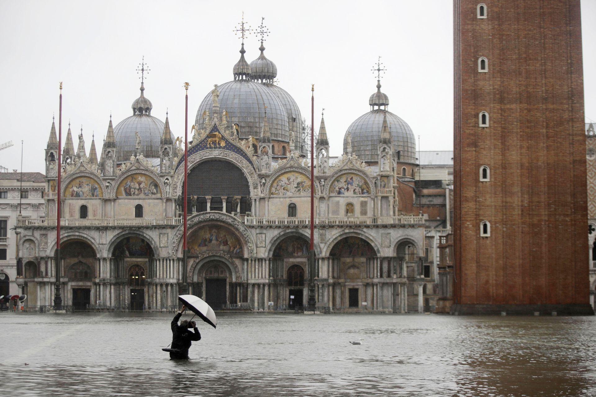 Un fotógrafo en la plaza inundada de San Marcos, en Venecia, Italia, el 12 de noviembre de 2019