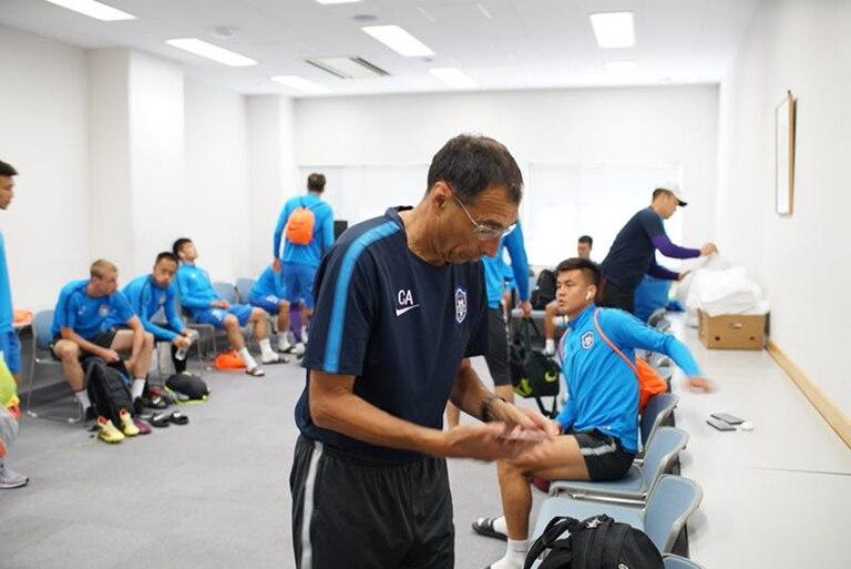 Jugadores del Tianjin Teda, bajo las órdenes de Armúa, se alistan para hacer el precalentamiento