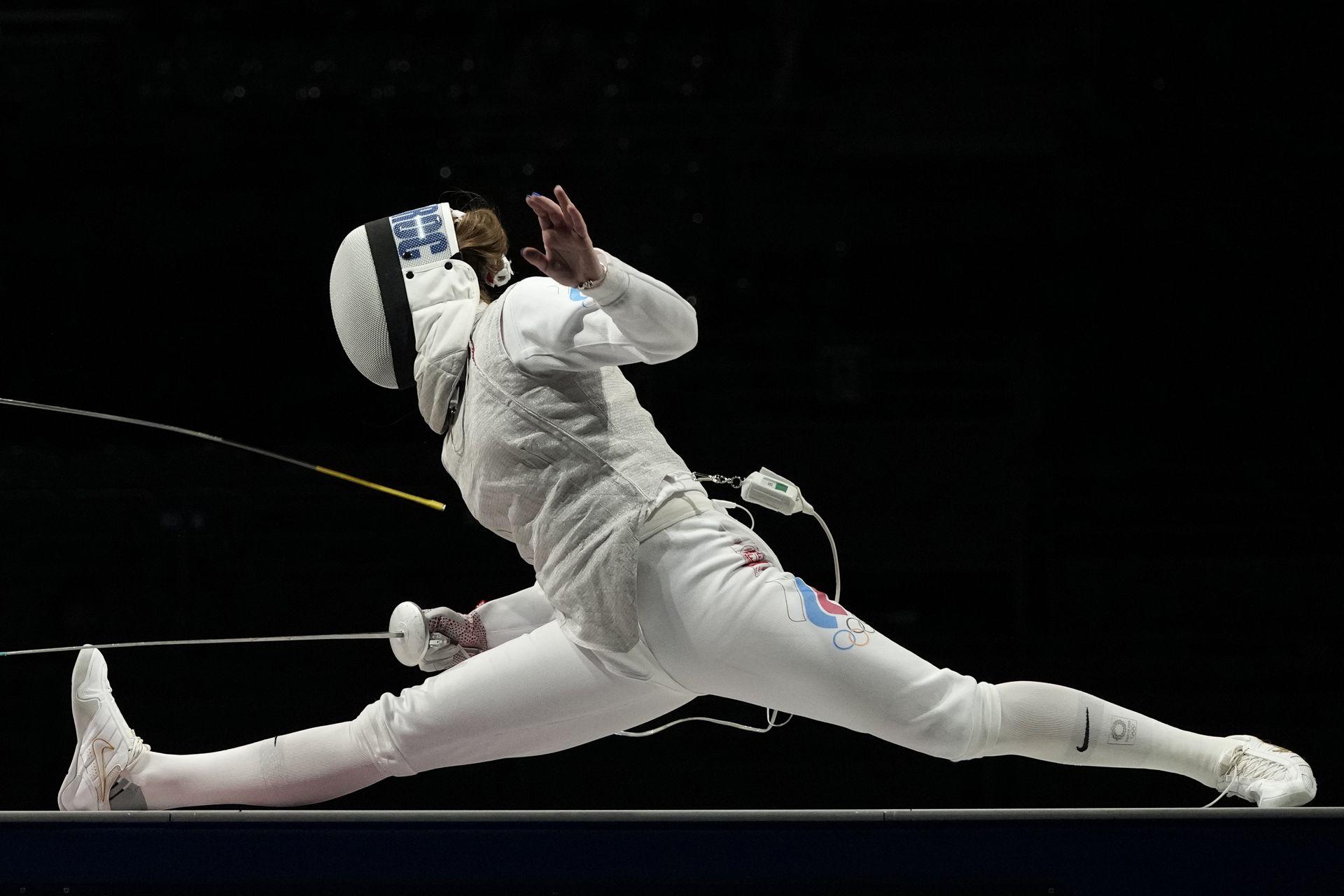 Marta Martyanova, del Comité Olímpico Ruso, en el combate ante  Astrid Guyard de Francia