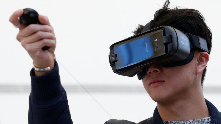 Existen diferentes modelos de visores de realidad virtual, como el Gear VR de Samsung, compatible con la línea de celulares Galaxy