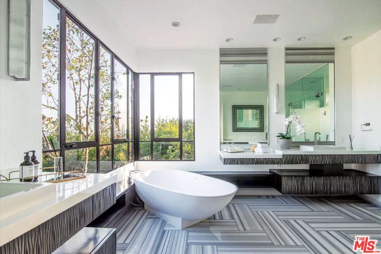 El baño principal es uno de los diez que tiene la casa.