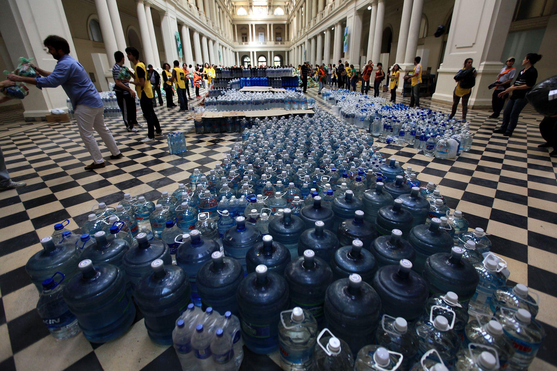 Voluntarios juntaron agua y alimentos para ayudar a los vecinos afectados por la terrible inundación de La Plata