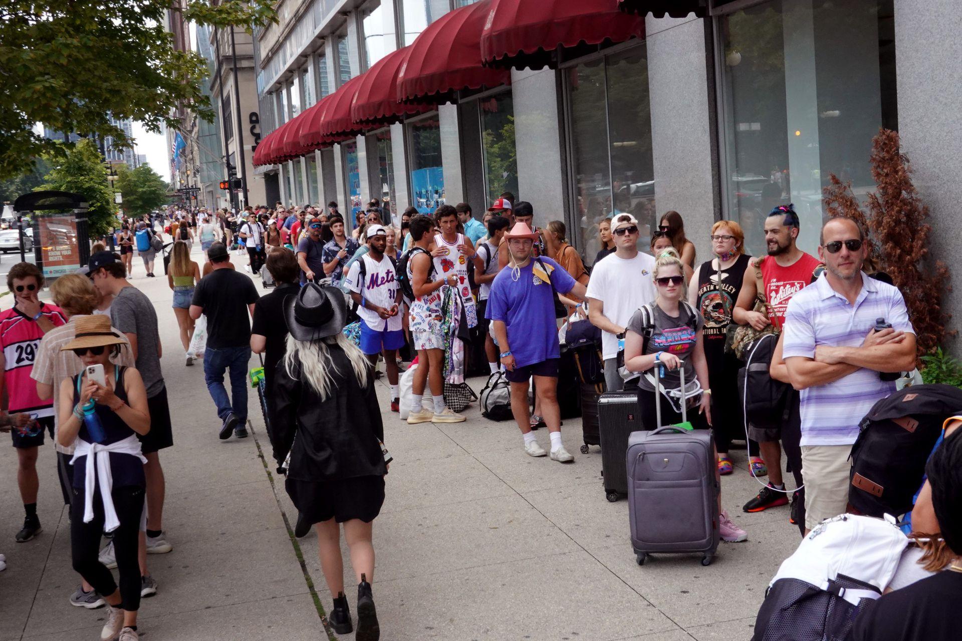 Grandes filas para registrarse en el Congress Plaza Hotel frente al festival de música Lollapalooza en Chicago
