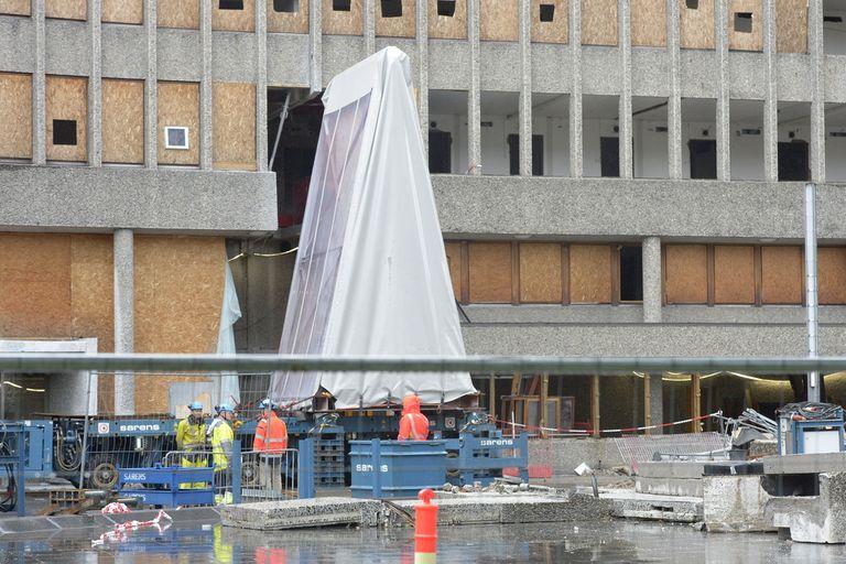 """El mural """"La gaviota"""" de Pablo Picasso y el artista noruego Carl Nesjar se trasladó al interior del barrio gubernamental en Oslo, Noruega, el 28 de julio de 2020, mientras el edificio Y-Block del arquitecto Erling Viksjoe está programado para su demolición"""